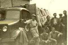 2016-02-25 Bedford van de Fa.J.M.van Reijen begin jaren 50 geladen met zakken graan
