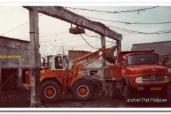 2011-07-15-Mercedes-2624-bij-sloop-Wami-melkfabriek-1984