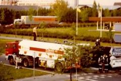 2015-12-14-Daf-2100-met-23-m3-tankoplegger-met-bovenop-chauffeur-Aart-Bolluyt.Juni-1982