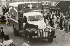 2010-05-30-Ford-V8-koningedag-1950